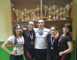 тренер Лукашев со своими спортсменками